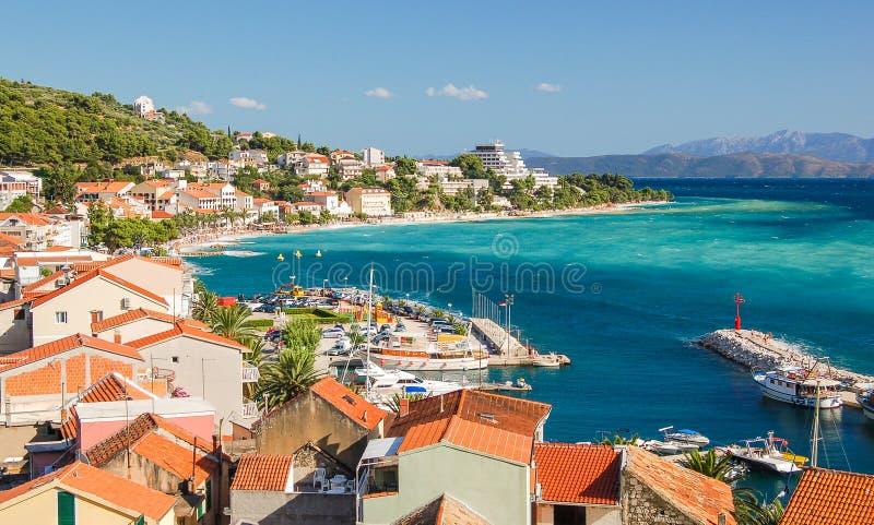 Scena azzurrata splendida del paesaggio croato di estate in podgora, Dalmazia, Croazia immagini stock