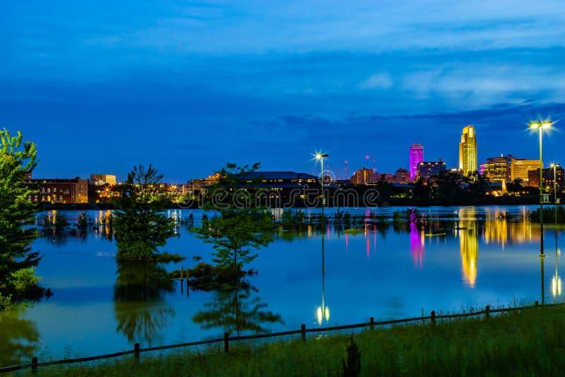 Scena blu di notte di ora delle riflessioni sul parcheggio sommerso immagini stock libere da diritti