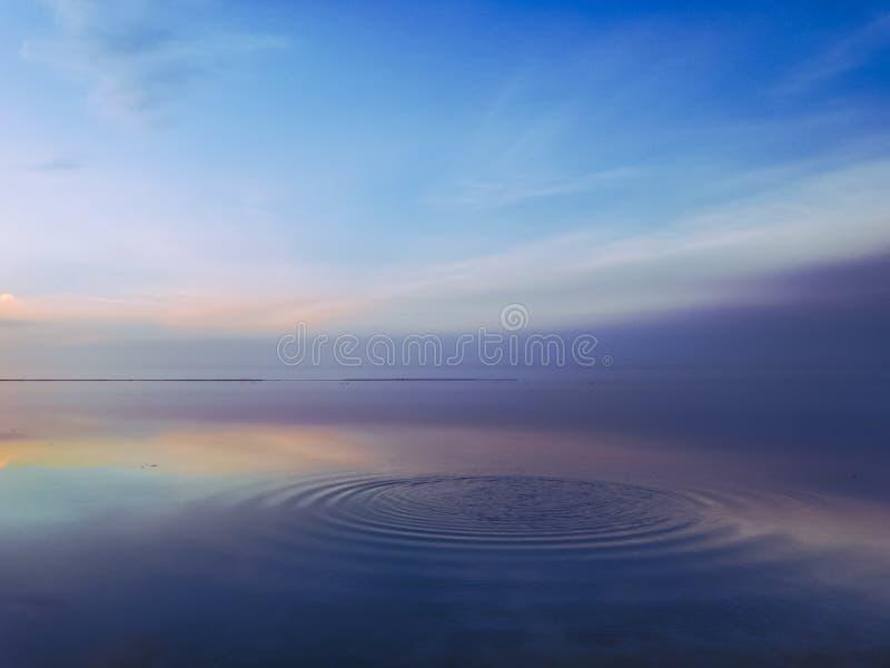 Scena calma sull'oceano Vista multicolore di vista sul mare durante l'ora blu immagini stock