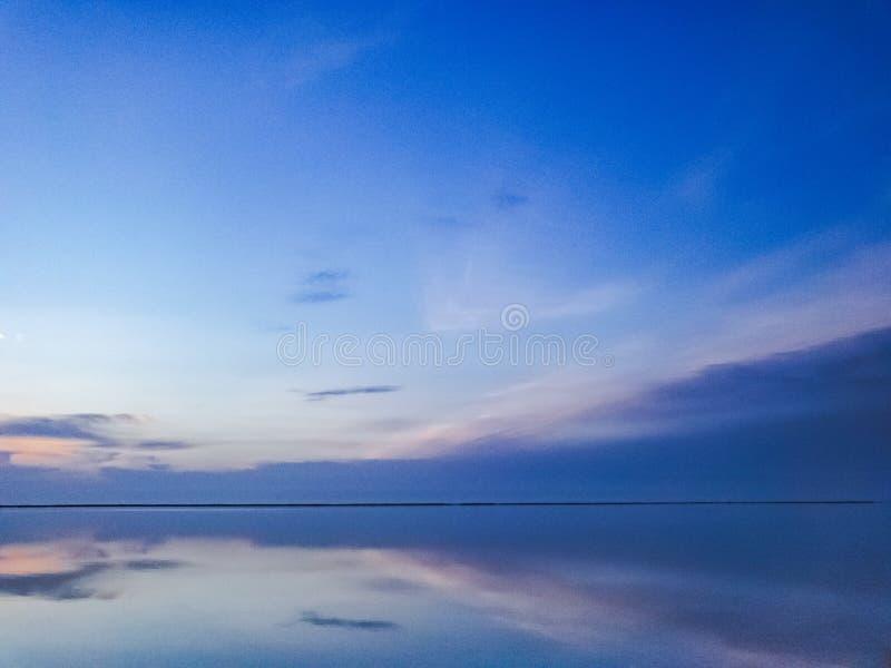 Scena calma sull'oceano Vista multicolore di vista sul mare durante l'ora blu fotografie stock