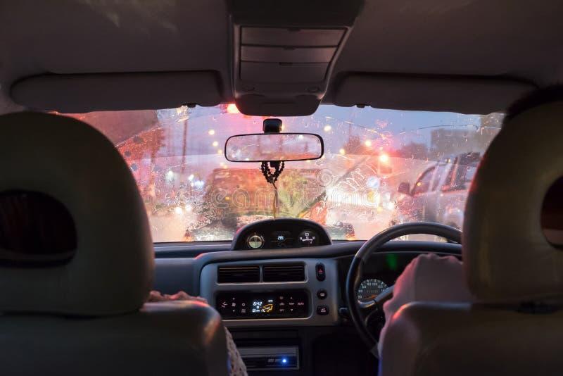 Scena che guida in giorno e ingorghi stradali della pioggia persistente immagine stock