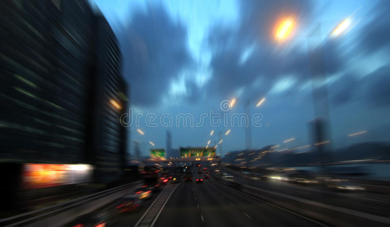 Scena commovente dell'automobile sulla strada principale immagine stock libera da diritti