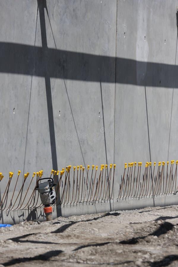Scena del cantiere con il compattatore ed i coni retinici di ri-applicazione fotografie stock libere da diritti