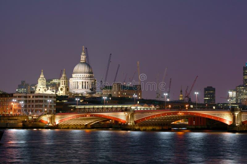 Scena del fiume di Londra entro la notte fotografie stock libere da diritti