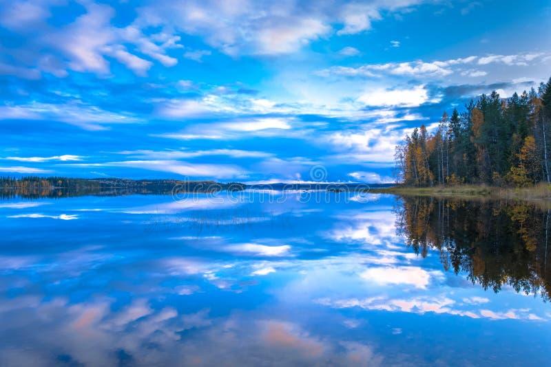 Scena del lago autumn da Sotkamo, Finlandia immagini stock libere da diritti
