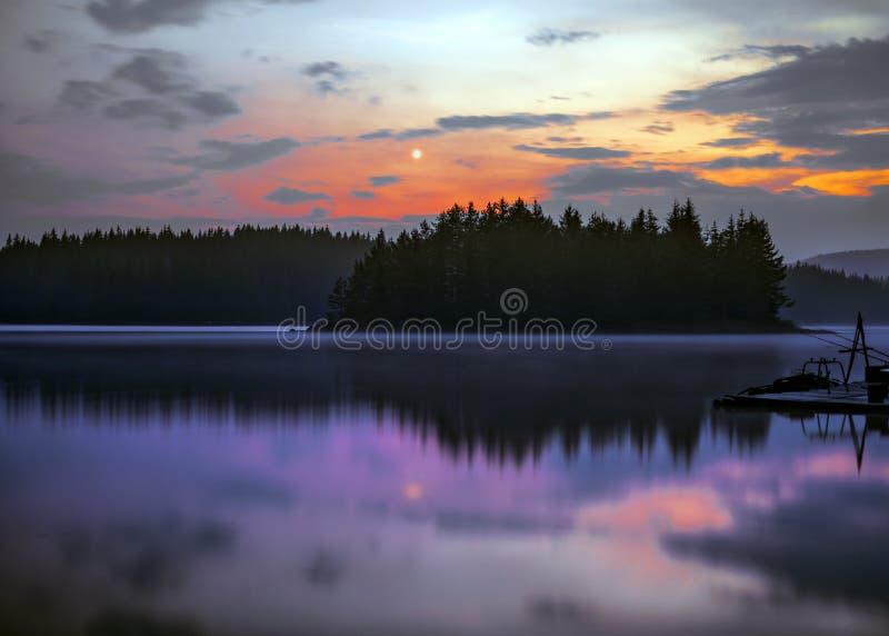 Scena del lago della montagna di notte della luna piena fotografia stock libera da diritti