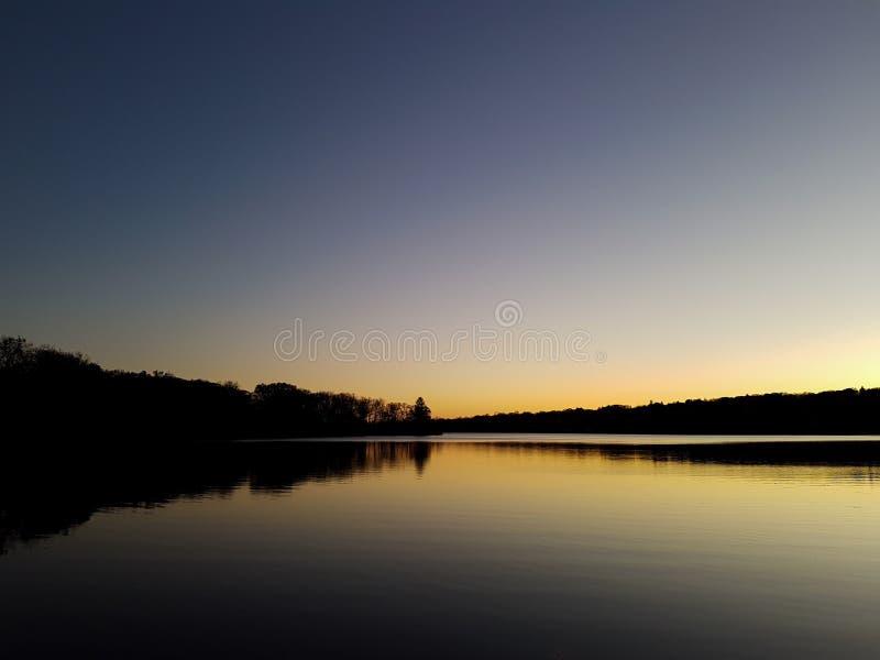 Scena del lago silhouette fotografia stock libera da diritti
