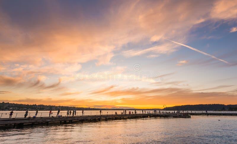 Scena del modo della passeggiata sul lago quando tramonto in Gene Coulon Memorial Beach Park, Renton, Washington, S.U.A. immagine stock libera da diritti