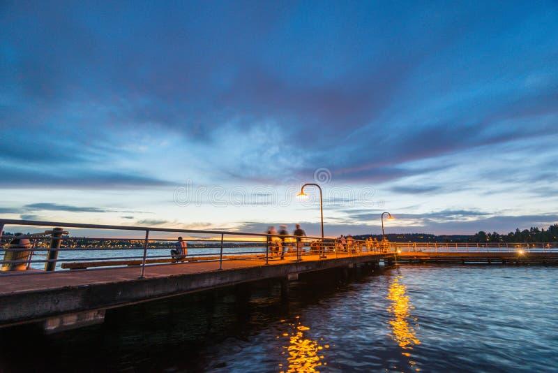 Scena del modo della passeggiata sul lago quando tramonto in Gene Coulon Memorial Beach Park, Renton, Washington, S.U.A. fotografie stock libere da diritti