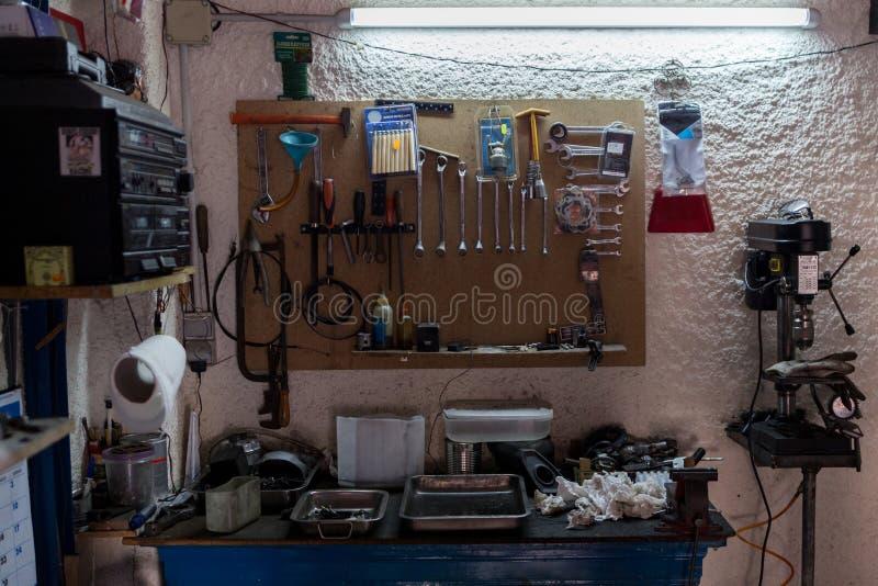 Scena dell'officina Strumenti sulla tavola e sul bordo fotografie stock