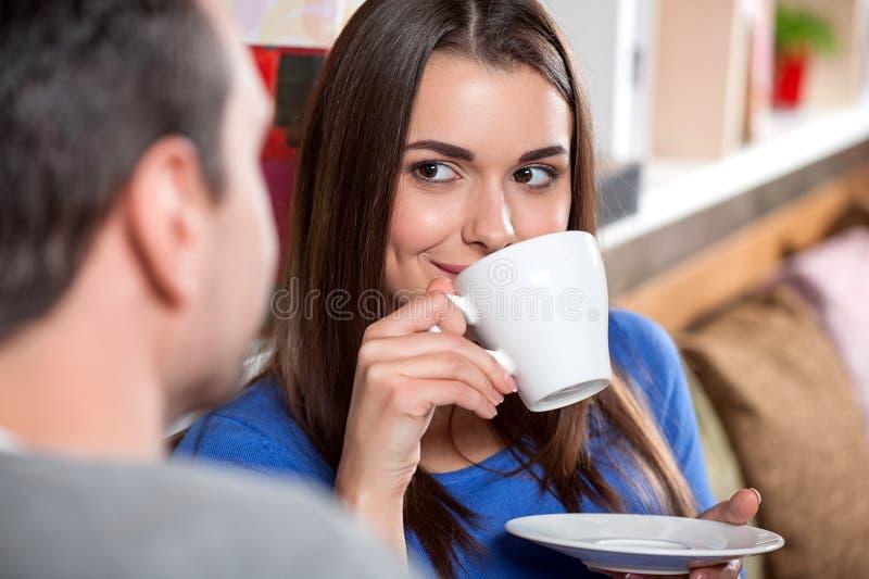 Scena della data nel caffè fotografia stock