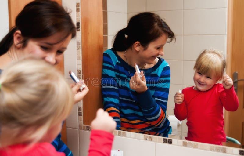 Scena della famiglia dello specchio del bagno fotografie stock