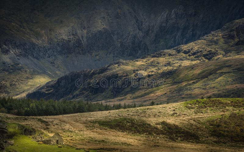 Scena della montagna di Lingua gallese alla luce pezzata immagini stock libere da diritti