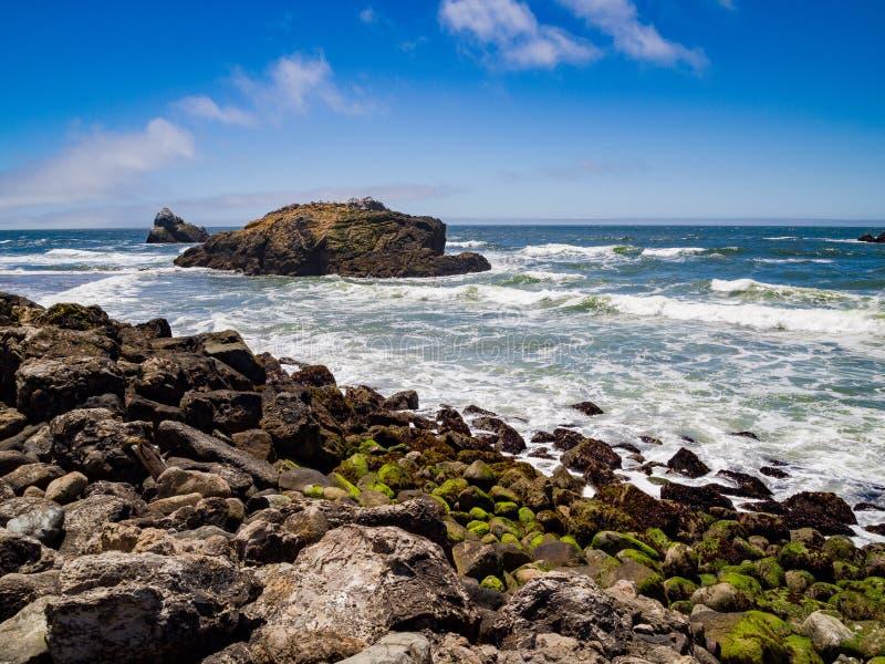Scena della spiaggia rocciosa fotografie stock