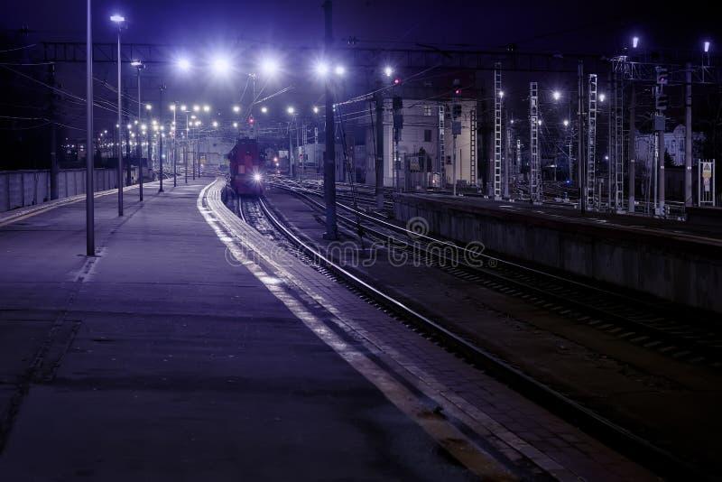 Scena della stazione ferroviaria di notte immagini stock