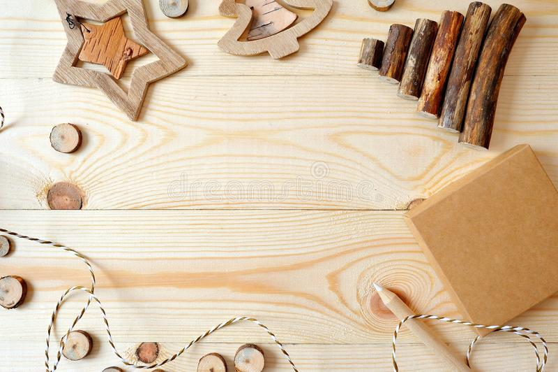 Scena della struttura del modello di Natale con i regali e le pigne di natale, con spazio per il vostro testo, vista piana superi immagine stock