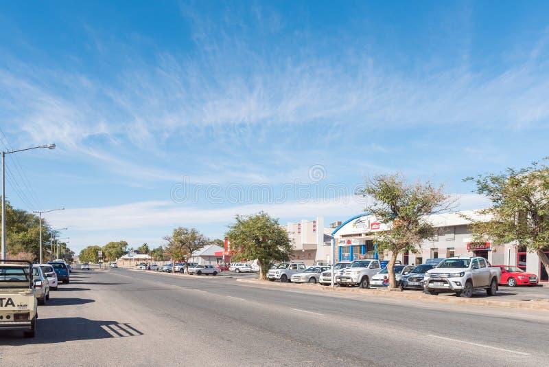 Scena della via con i commerci e veicoli in Kakamas immagini stock libere da diritti