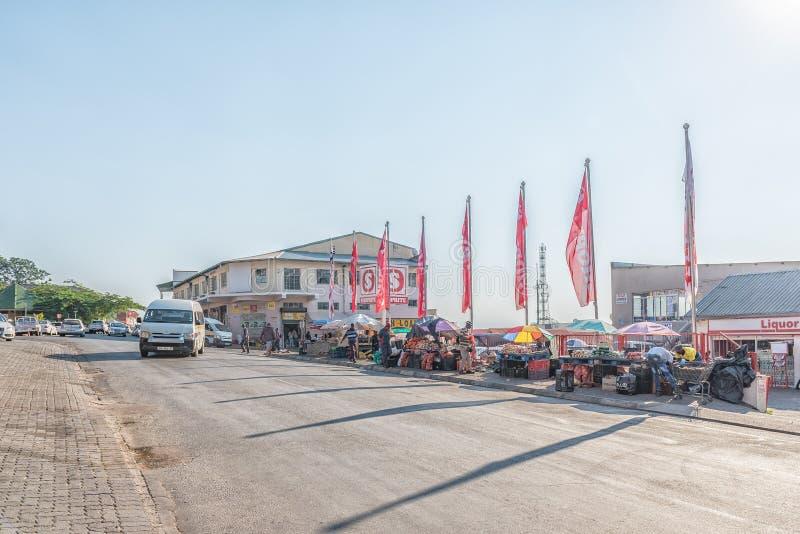 Scena della via, con i commerci, venditori ambulanti e veicoli, in Barberton fotografie stock