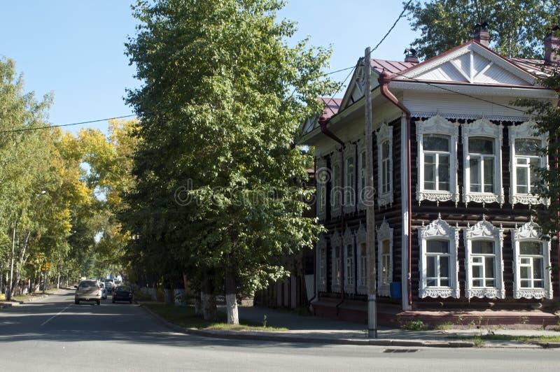 Scena della via con la casa di legno tradizionale con i trafori bianchi della finestra immagini stock libere da diritti