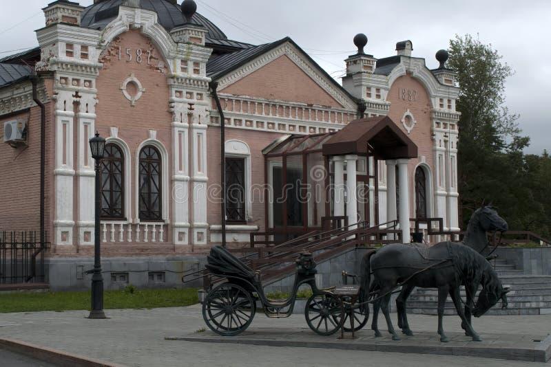 Scena della via con la scultura e la facciata del museo provinciale fotografia stock
