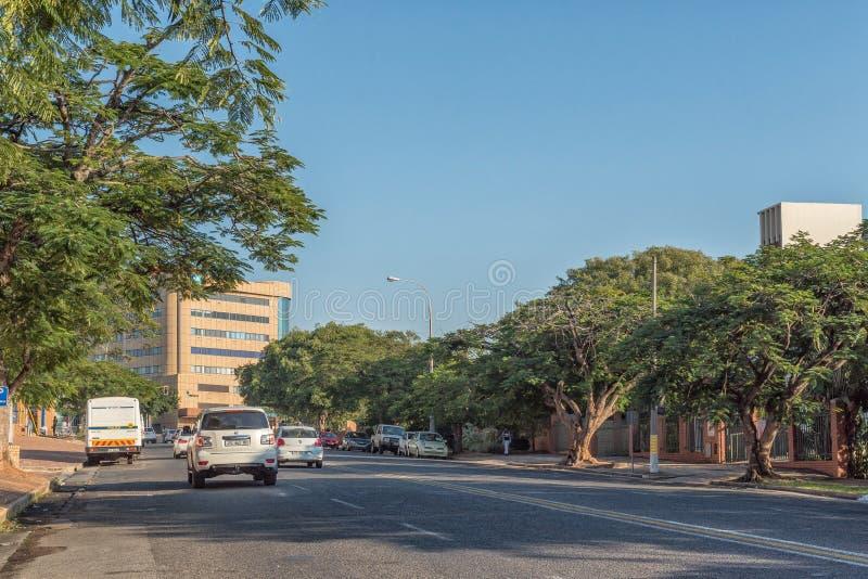 Scena della via, con le costruzioni ed i veicoli, a Nelspruit immagini stock libere da diritti
