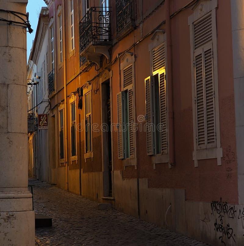 Download Scena Della Via A Faro Portogallo Al Crepuscolo Fotografia Editoriale - Immagine di modellato, sera: 117978892