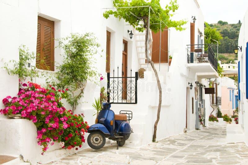Scena della via nelle isole greche delle Cicladi fotografia stock libera da diritti
