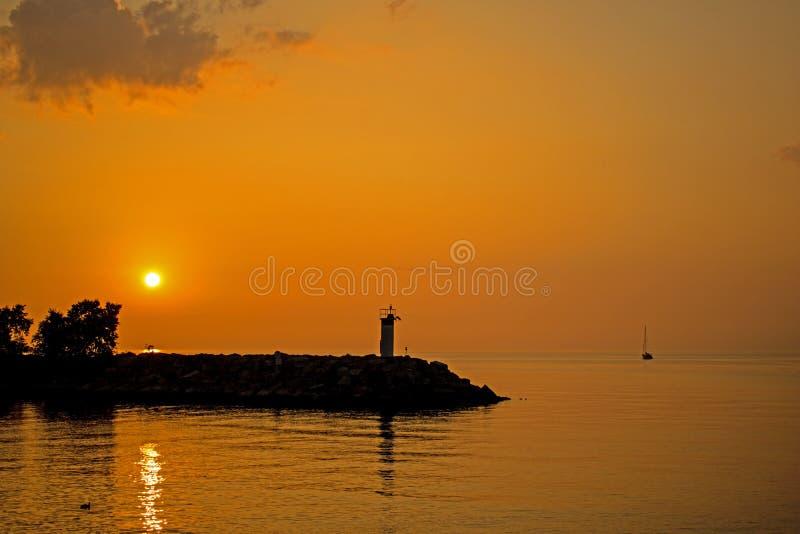 Scena di alba sul lago Ontario nel credito del porto fotografie stock libere da diritti