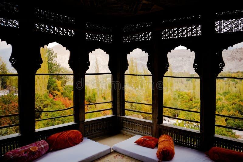 Scena di autunno attraverso le finestre del palazzo di Khaplu, Pakistan fotografia stock