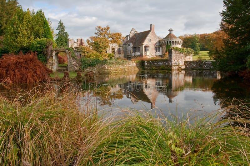 Scena di autunno del castello di Scotney in Inghilterra immagini stock libere da diritti
