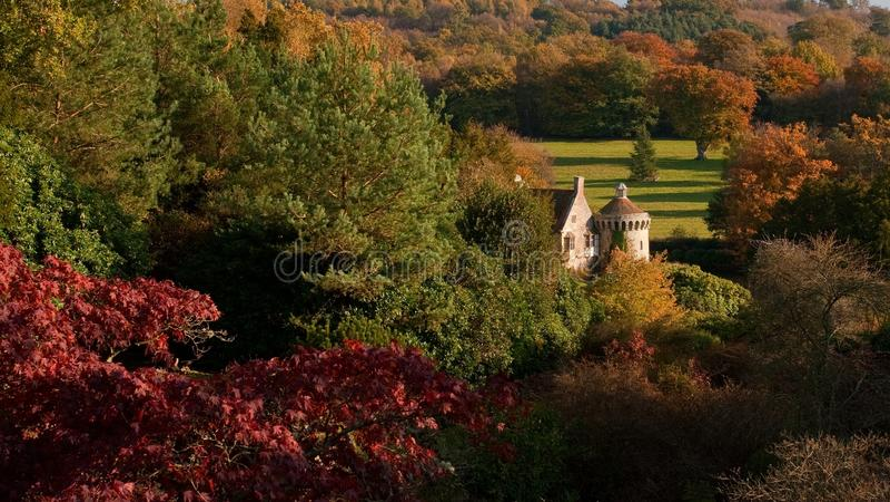 Scena di autunno del castello di Scotney in Inghilterra fotografie stock libere da diritti