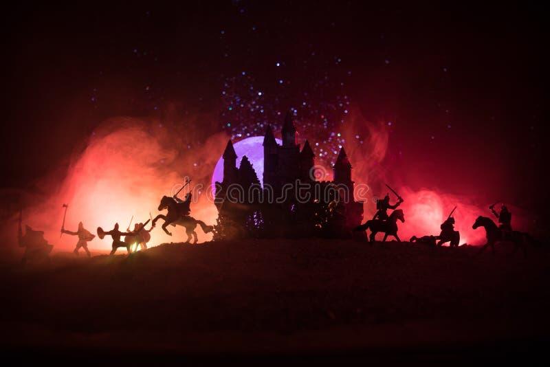Scena di battaglia medievale con cavalleria e fanteria Siluette delle figure come oggetti separati, lotta fra i guerrieri su buio fotografie stock libere da diritti