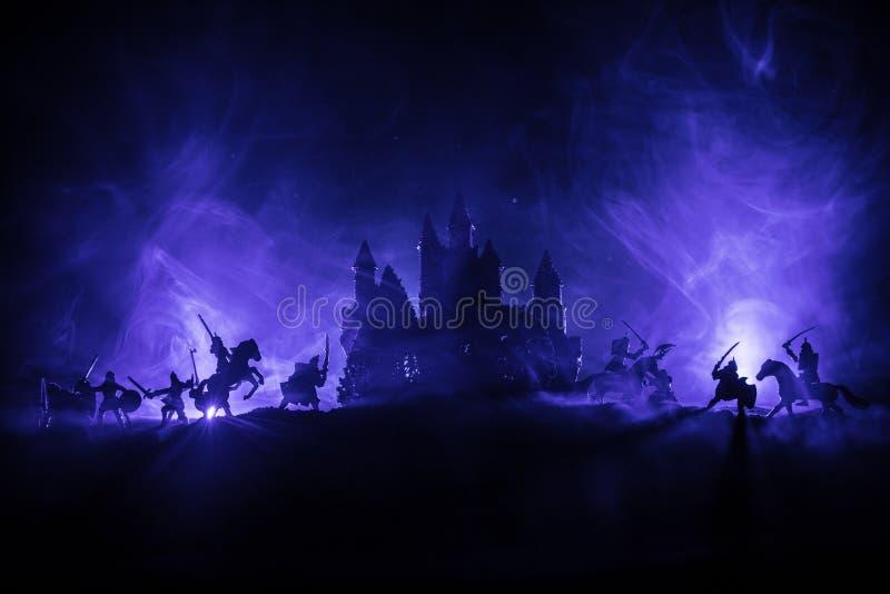 Scena di battaglia medievale con cavalleria e fanteria Siluette delle figure come oggetti separati, lotta fra i guerrieri su buio fotografia stock