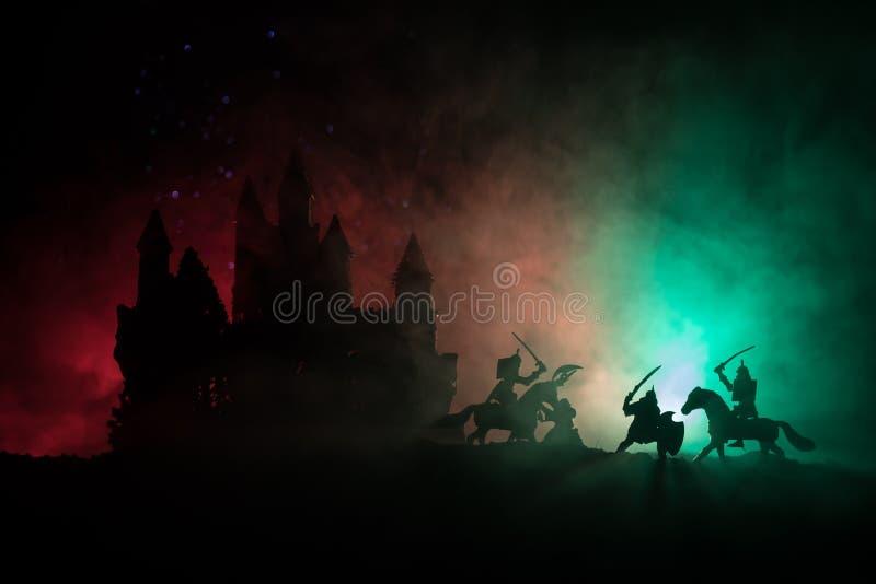 Scena di battaglia medievale con cavalleria e fanteria Siluette delle figure come oggetti separati, lotta fra i guerrieri su buio immagine stock libera da diritti