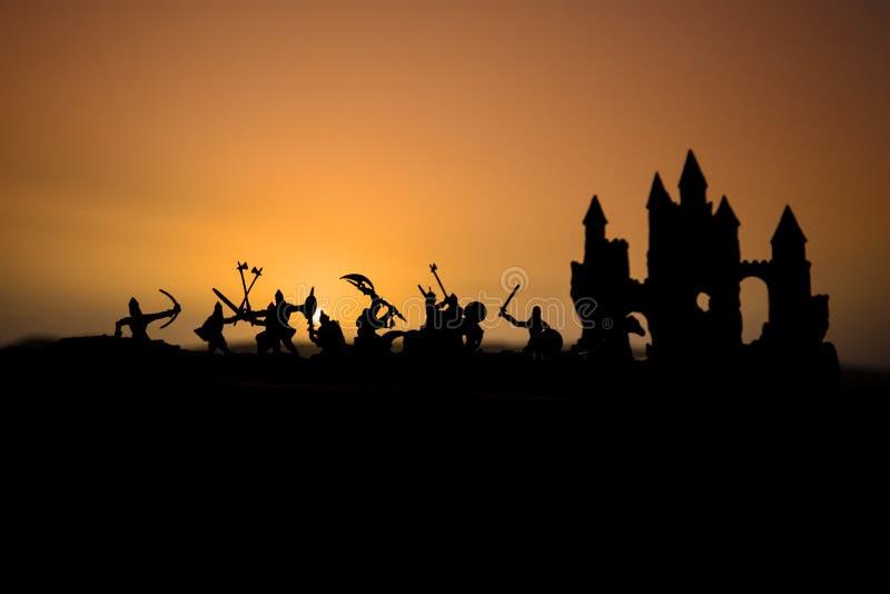 Scena di battaglia medievale con cavalleria e fanteria Siluette delle figure come oggetti separati, lotta fra i guerrieri sul fog fotografia stock libera da diritti