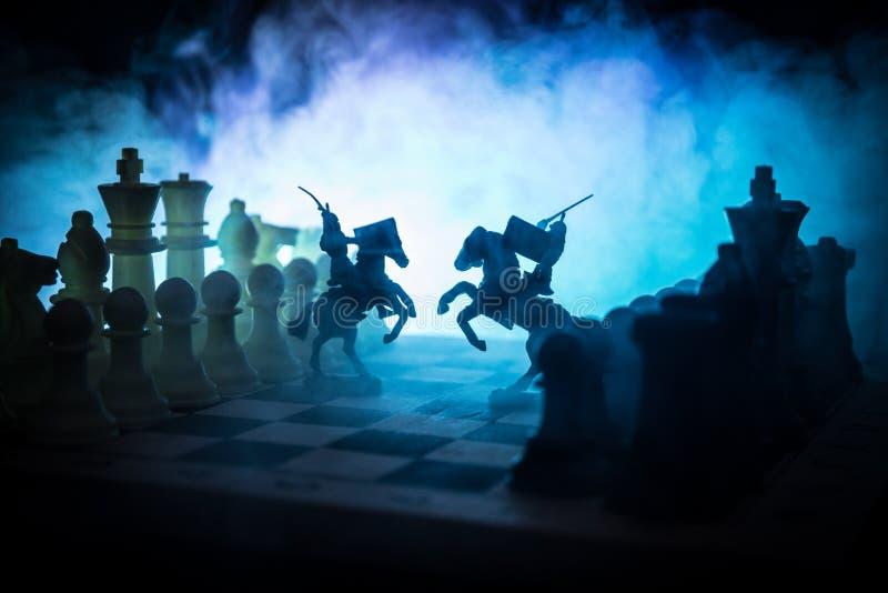 Scena di battaglia medievale con cavalleria e fanteria sulla scacchiera Concetto del gioco di scacchiera delle idee di affari e c fotografie stock libere da diritti