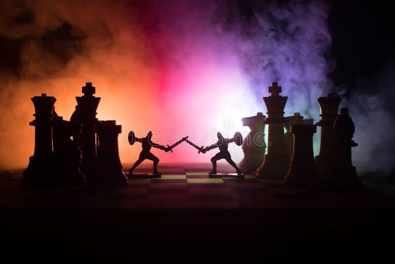 Scena di battaglia medievale con cavalleria e fanteria sulla scacchiera Concetto del gioco di scacchiera delle idee di affari e c immagini stock