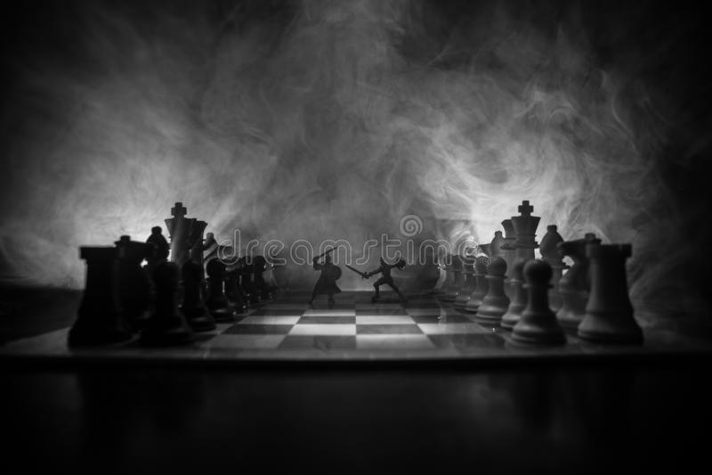 Scena di battaglia medievale con cavalleria e fanteria sulla scacchiera Concetto del gioco di scacchiera delle idee e della conco immagini stock