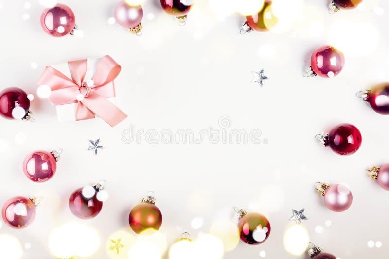 Scena di disposizione del piano di Natale con le palle di vetro fotografie stock