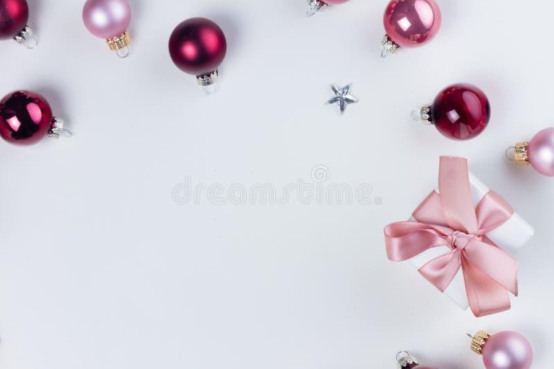 Scena di disposizione del piano di Natale con le palle di vetro fotografie stock libere da diritti
