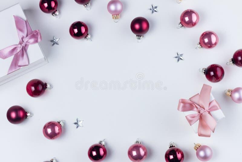 Scena di disposizione del piano di Natale con le palle di vetro fotografia stock libera da diritti