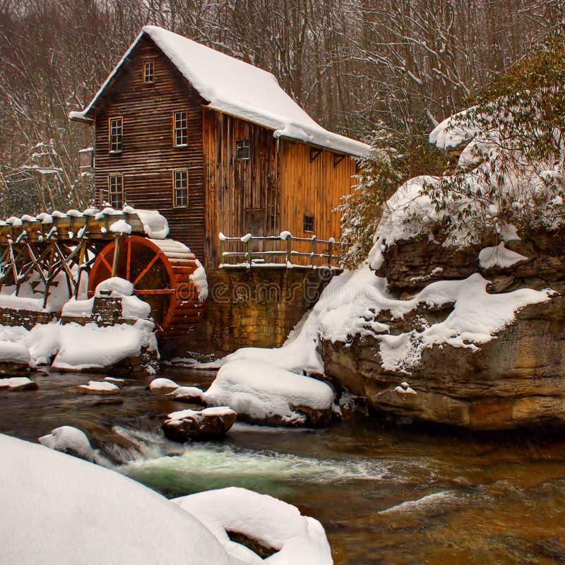 Scena di inverno al mulino del grano da macinare immagini stock libere da diritti