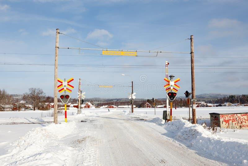 Scena di inverno del passaggio a livello della ferrovia fotografia stock
