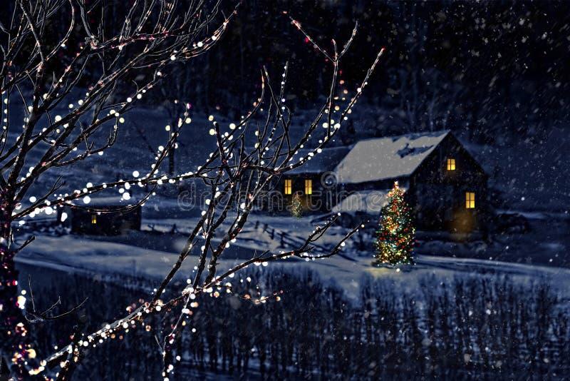 Scena di inverno dello Snowy di una cabina nella distanza fotografia stock libera da diritti