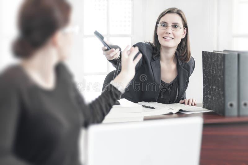 Scena di lavoro all'ufficio fotografie stock libere da diritti