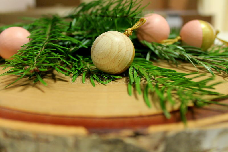 Scena di legno delle palle dell'albero di Natale fotografie stock