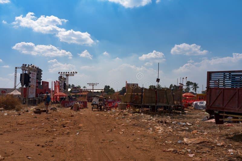 Scena di musica dopo che partito di evento della birra della Cambogia, spargimento dell'immondizia intorno ad area fotografia stock
