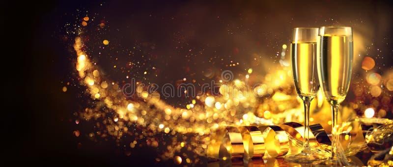 Scena di natale Champagne di festa sopra il fondo di incandescenza dorata Natale e celebrazione di nuovo anno Due flauto con vino fotografie stock libere da diritti