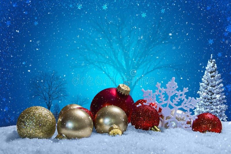 Scena di Natale con gli ornamenti e la neve fotografie stock