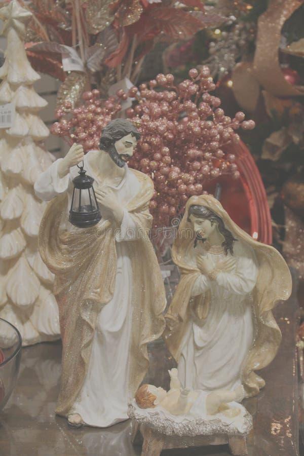 Scena di natività fra le decorazioni di Natale fotografia stock libera da diritti
